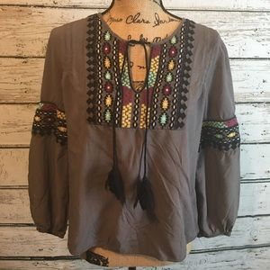 Solitaire Boho Embroidered Gray Top size Small